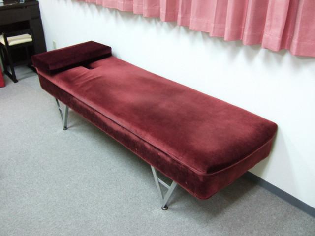 米国ガンステッド社製ペルビック・ベンチ。主に骨盤、腰椎アジャストメントに使用します。